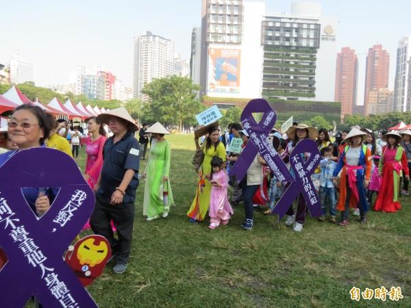 「世界人權日嘉年華」今天在台中市民廣場舉行,有上千人參加。(記者蘇金鳳攝)