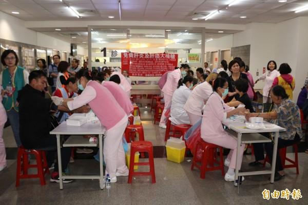 台大雲林分院虎尾院區舉辦「愛肝保平安 肝炎、肝癌」大檢驗,吸引逾3000民眾參與。(記者詹士弘攝)
