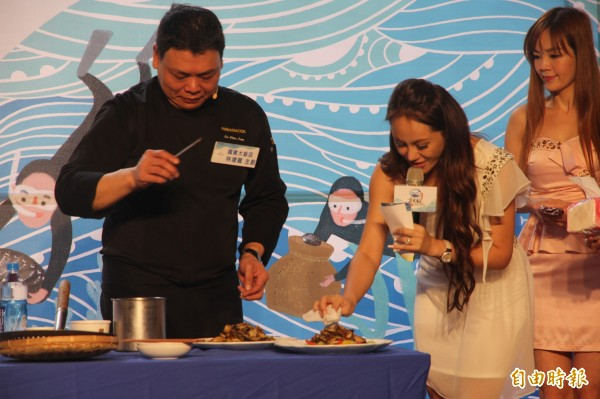 國賓大飯店主廚林建龍示範料理貢寮鮑。(記者林欣漢攝)