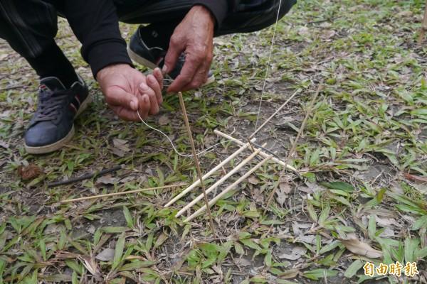 位在花蓮市區國興里的嘎尼按部落,今有老獵人陳清輝現場示範陷阱製作,利用隨手可得的樹枝、石頭及竹片等材料,在20分鐘內陸續完成4種傳統簡易陷阱。(記者王峻祺攝)