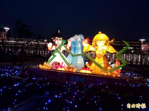 「布袋戲文化之光」花燈,在虎尾高鐵站前點亮。(記者詹士弘攝)