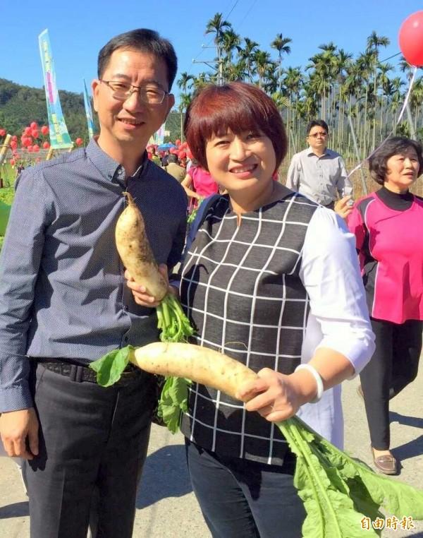 南投縣魚池鄉長陳錦倫(左)與立委蔡培慧(右)也與民眾在蘿蔔節同樂。(記者謝介裕攝)