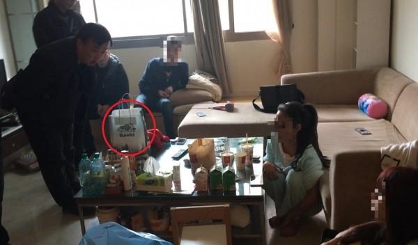 警方到李女住處內搜索,當時2百包毒品包就是放在桌上的袋子內(紅圈處)。(記者王冠仁翻攝)