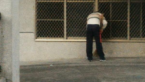 掃地歐吉桑認真掃南投體育場看台,大家一看就知是縣長林明溱。(截圖自臉書社團)