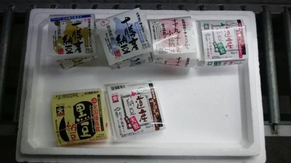 衛生局在彰化裕毛屋倉儲比對產地證明,發現日本進口的納豆產品所附醬包來自日本核災區。(圖彰化縣衛生局提供)