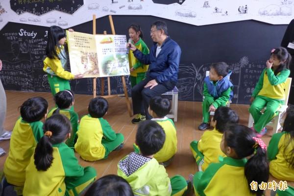 「小小神農在我家」決賽活動,同學閱讀「好一個瓜」繪本,介紹小田園融入課程主題的內容。(記者聶瑋齡攝)