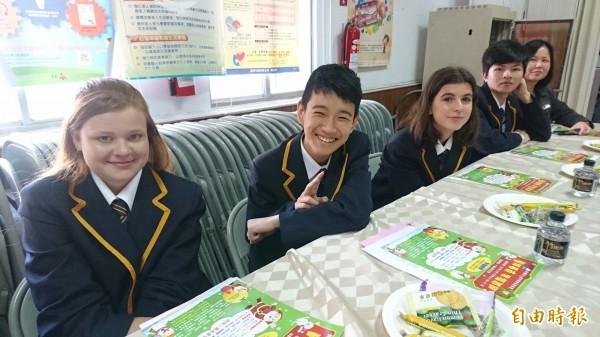 澳洲墨爾本陽光中學也到下營交流學習。(記者楊金城攝)