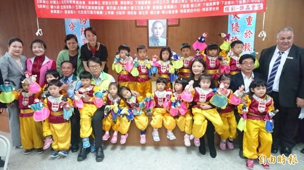 副市長顏純左、下營區長姜家彬等人為下營幸福耶誕活動宣傳。(記者楊金城攝)