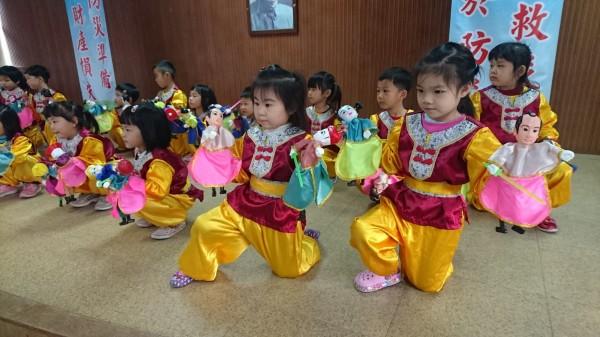 「藝陣台南、幸福耶誕」活動有可愛的幼童演布袋戲。(記者楊金城攝)