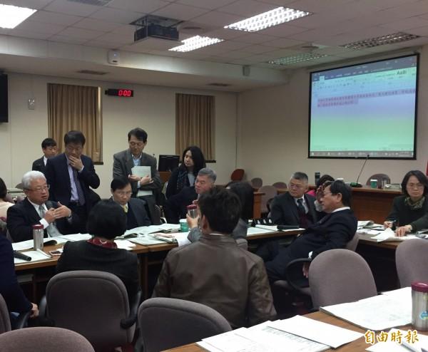 針對立委提出2021核廢料遷出蘭嶼要求,台電董事長表示「我們沒辦法承諾」。(記者林筑涵攝)