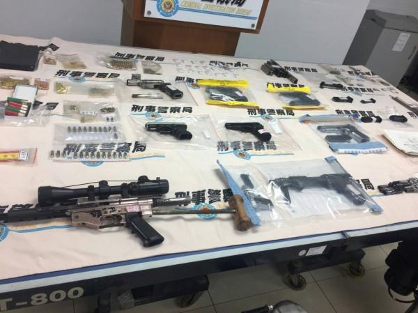 檢警起出大量改造槍械及子彈。(記者詹士弘翻攝)