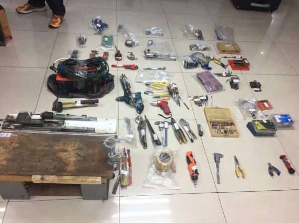 檢警查扣製造改造槍械的工具及機械。(記者詹士弘翻攝)