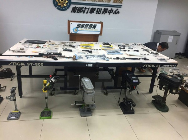 檢警查扣製造改造槍械及製造工具。(記者詹士弘翻攝)