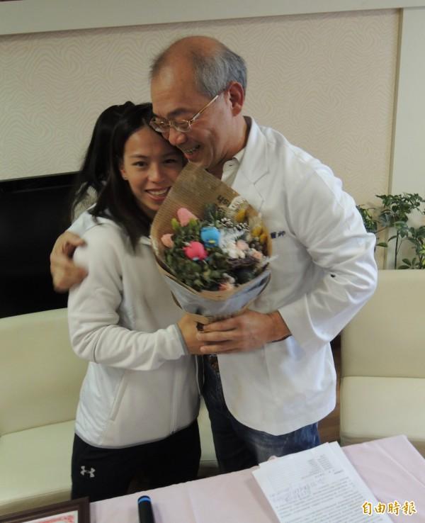 23年前幫郭婞淳(左)接生的醫師江育同(右),以神秘嘉賓現身。(記者江志雄攝)
