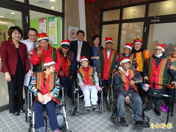 屏東基督教醫院的社區整合型服務中心正式揭牌。(記者邱芷柔攝)