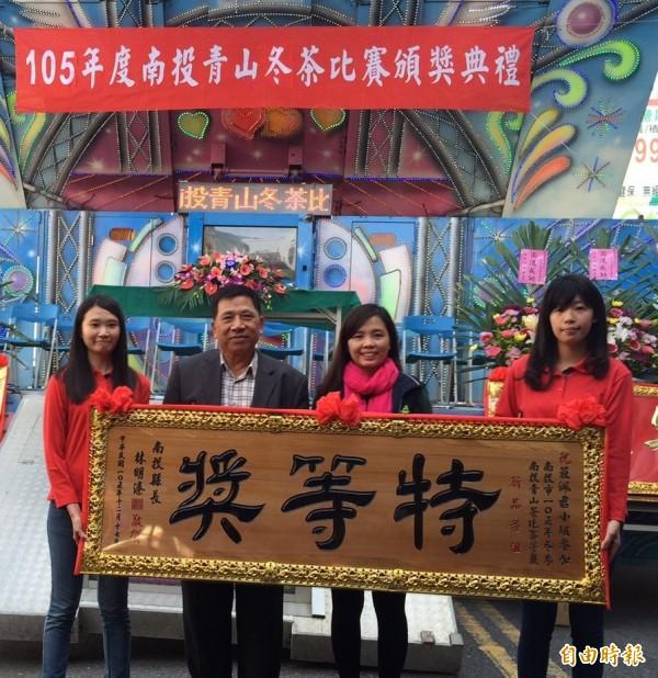 南投市青山茶比賽,女茶農莊佩君(左3)繼今年5月春茶賽後,又在冬茶賽新品種組「  連莊 」特等獎,由副縣長陳正昇(左2)頒獎。(記者張協昇攝)