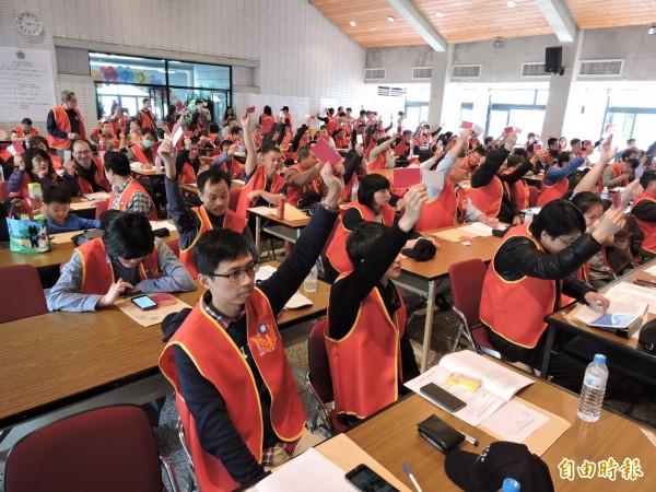 全國性「準工會」中華民國法警協會成立大會中,會員舉手表決組織章程。(記者張瑞楨攝)