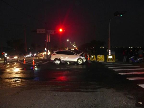 一輛9人座廂型車與另一輛自小客車衝撞後翻車。(記者廖淑玲翻攝)