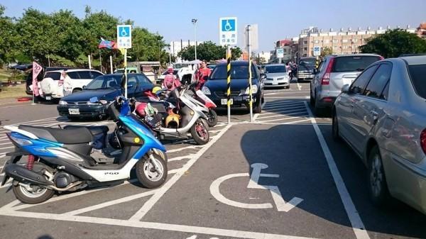 林默娘公園停車場出現「超激瘦停車格」(記者王捷翻攝)