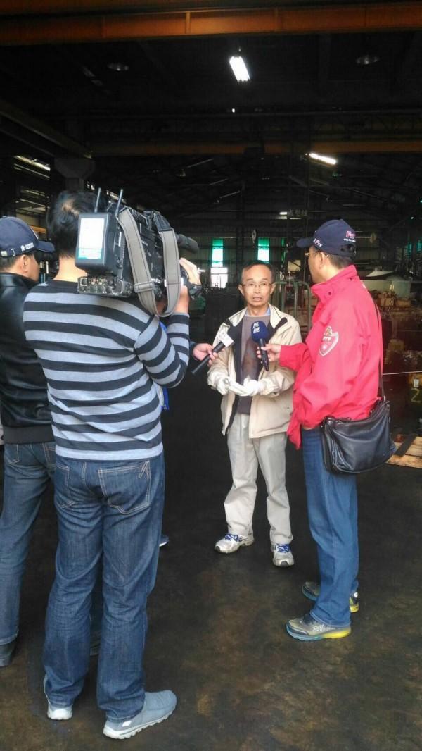 面對抗議事件,陳永和(中)接受電子媒體的採訪。(記者吳俊鋒翻攝)