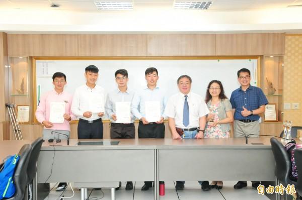 靜宜大學培育學生的電子商務能力有成,今年在外貿協會舉辦的「第3屆台灣經貿網校園電子商務競賽」大放異彩。(記者歐素美攝)