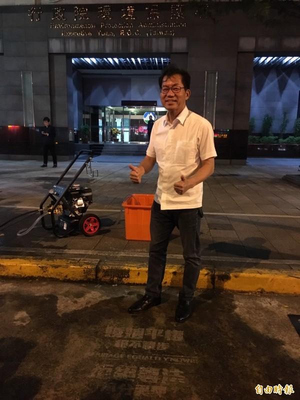 環保署長李應元拿起洗地機,把地面洗出「婚姻平權絕不讓步,拒絕專法不分異同」字樣。(記者楊綿傑攝)
