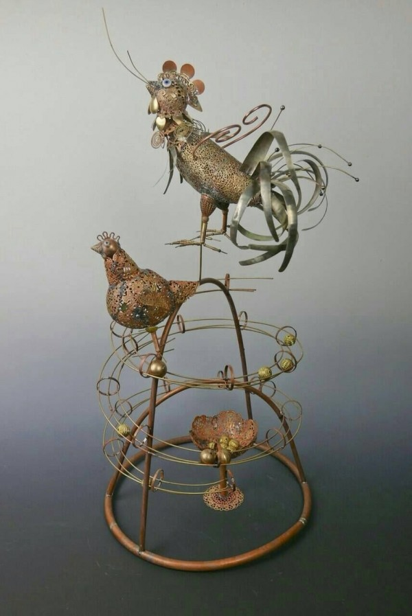 蔡爾平創作的土雞王花燈模型今天亮相,象徵生生不息。(記者陳燦坤翻攝)