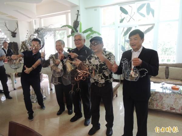 今年台灣燈會,蔡爾平(右二)也創作多款雞造型花燈。(記者陳燦坤攝)