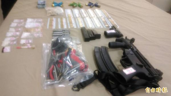 警方在陳男身上及車內起出長短槍、大批子彈及安毒。(記者許國楨攝)