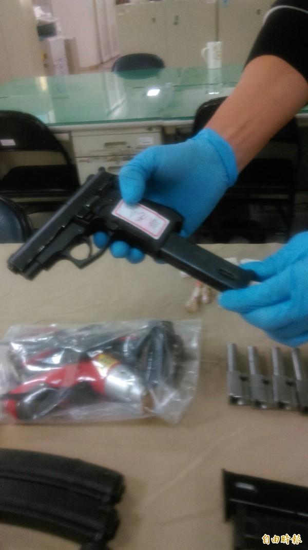 陳男持有的手槍長彈匣已裝滿25發子彈且上膛,並已設定到連發裝置。(記者許國楨攝)