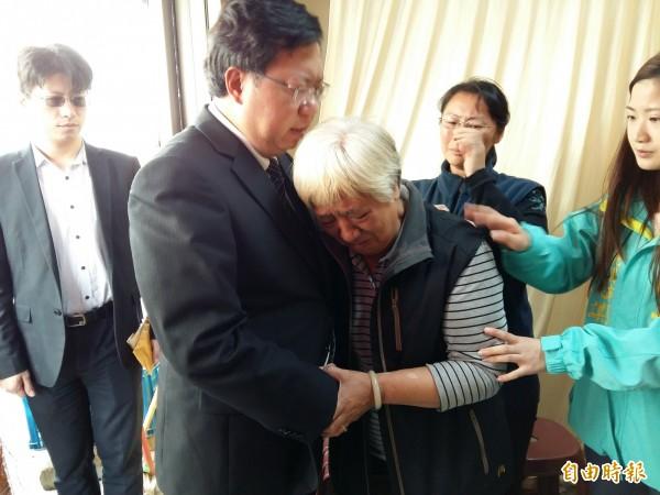 市長鄭文燦(左二)慰問罹難者黃振益家屬,黃妻盼市長主持公道,給家屬一個真相。(記者鄭淑婷攝)