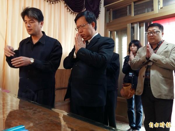 市長鄭文燦(左二)到罹難者黃振益靈堂拈香。(記者鄭淑婷攝)
