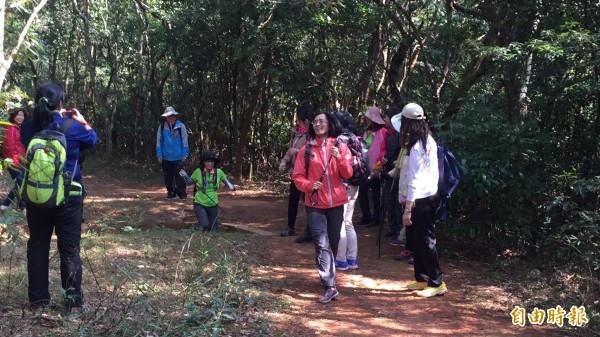 山友們以登山拐杖權充步槍,假裝持槍跑過500障礙設施之一。(記者黃美珠攝)