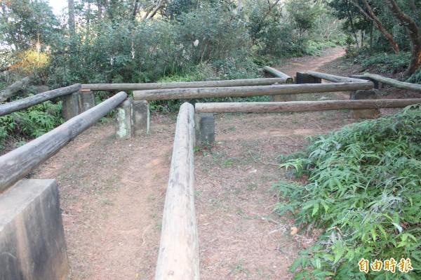 飛龍步道上有著國軍500公尺障礙測驗設施的遺跡。(記者黃美珠攝)