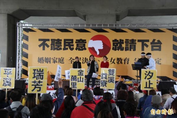 北北基安定力量聯盟發起罷免立委黃國昌行動,在汐止火車站前廣場連署。(記者林欣漢攝)