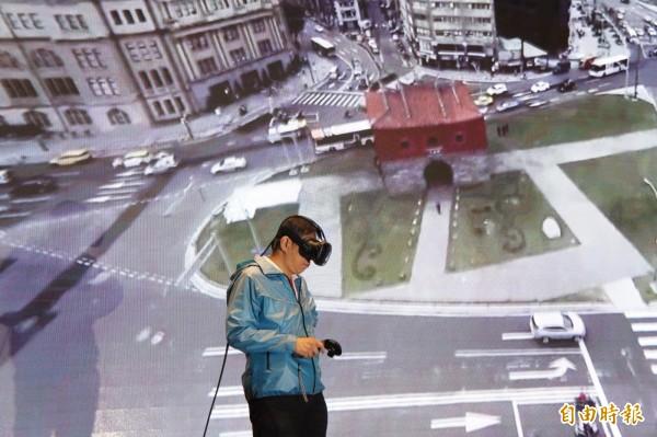 臺北市者柯文哲觀看「西區翻轉、看見改變」VR360影片。(記者黃建豪攝)