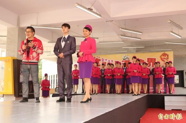 禮賓大使的服裝由服裝設計師林國基(左1)設計。(記者詹士弘攝)
