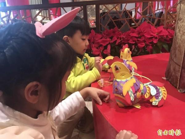 2017雞年小提燈,命名為「幸福奇雞」。(記者甘芝萁攝)