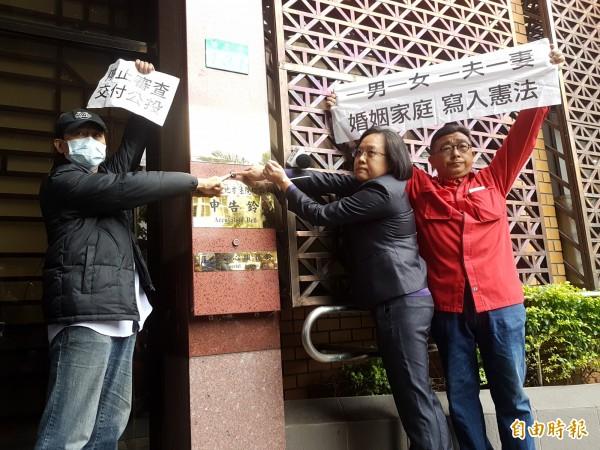 幸福盟領導趙曉音(中)、北北基安定力量聯盟秘書長游信義(左),今天到北檢按鈴提告。(記者錢利忠攝)