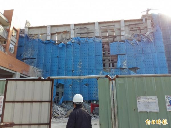 大溪高中圖資大樓工安意外,檢察官重返現場勘驗。(記者鄭淑婷攝)