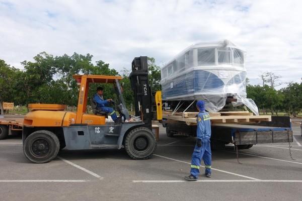 台糖烏樹林園區的巡道車111號從高雄出港,遠渡日本開展。(記者黃佳琳翻攝)