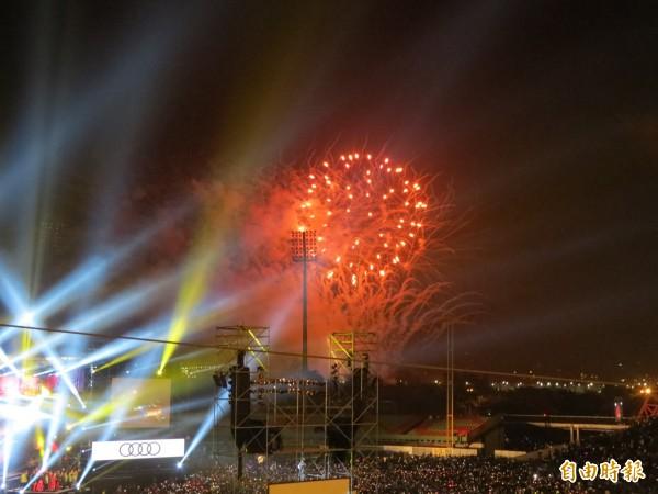 台中市2017跨年晚會台中場在際洲棒球場舉行,施放180秒煙火。(記者蘇金鳳攝)