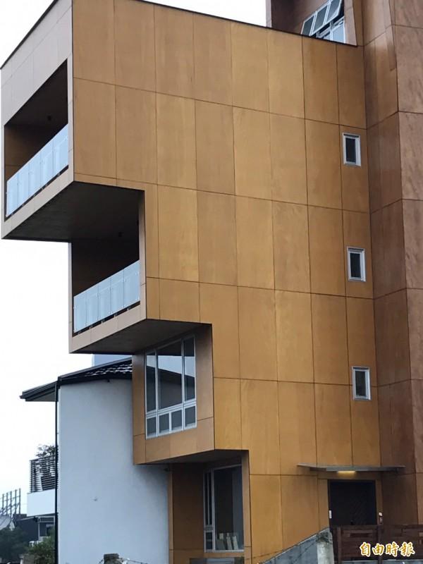 科技進步,木材不只可以蓋小木屋,還可蓋高樓,成為會呼吸固碳的綠建築,加拿大蓋出18層木高樓,台中市也已有採此新建材興建的木樓房,外型搶眼。(記者林曉雲攝)