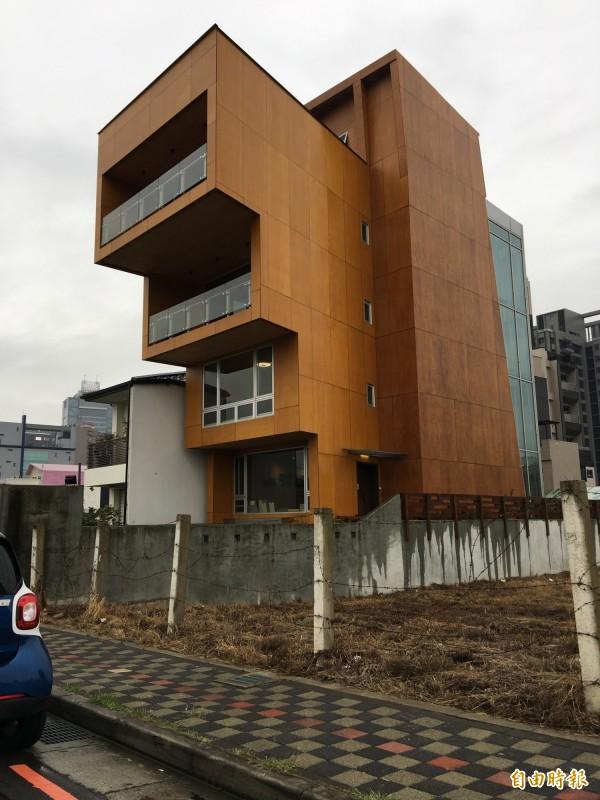 不只可以蓋小木屋,還可蓋木高樓,成為會呼吸固碳的綠建築,加拿大蓋出18層木高樓,台中市也已有採此新建材興建的木樓房。(記者林曉雲攝)
