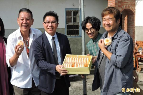 市府新聞局主秘林尚賢(左2)帶著太陽餅前往劇組探班。(記者何宗翰攝)