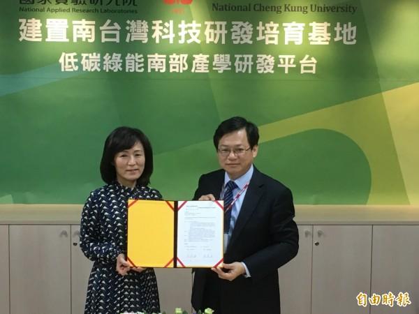 國研院與成大今天上午簽訂「低碳綠能南部產學研發平台合作協議」,希望結合產學研發能量,共同打造南台灣低碳綠能創新技術研發基地。(記者吳柏緯攝)