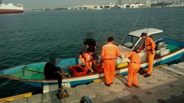海巡52大隊查獲非法捕魚。(記者王捷翻攝)