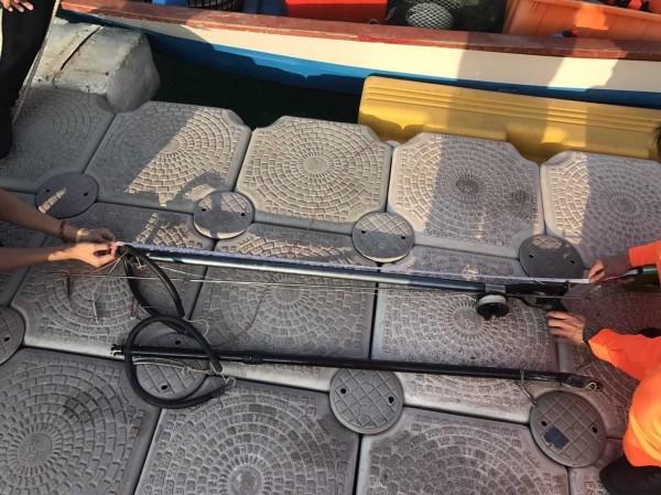 海巡人員查獲兩把魚槍,不過漁船卻用這兩把魚槍射了26公斤的魚,海巡人員私下虧漁民還真有耐心。(記者王捷翻攝)