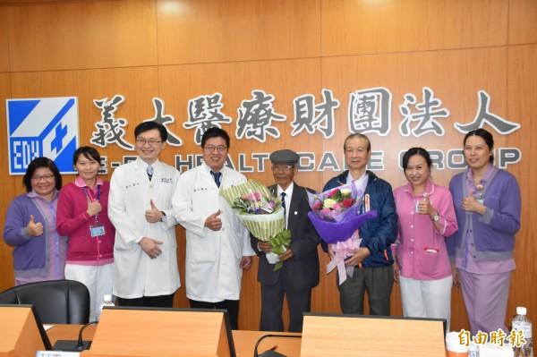 義大醫護人員今天送花祝賀2名接受機器人微創胃癌切除手術患者重拾健康。(記者蘇福男攝)