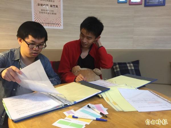 蕭丞竣(左)在學校當志工時,黃勤(右)也會來協助。(記者羅欣貞攝)